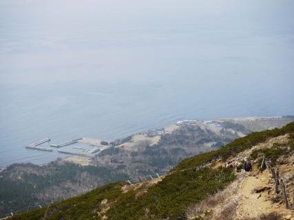 港が見える登山道