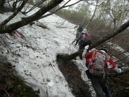 渡渉から雪渓歩きへ