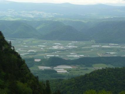 田園風景と丘の上が麓郷