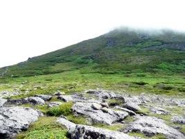 当麻岳を見上げる9:32