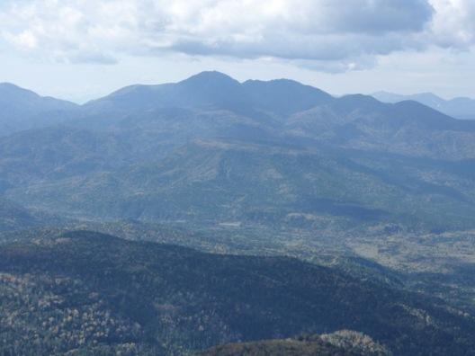 中央にニペソツ山