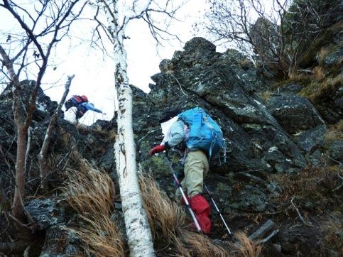 山頂への険しい急斜面が待っている