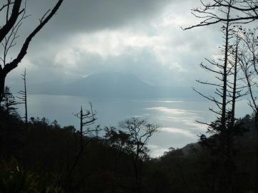 雲間から湖面に光が差し込む