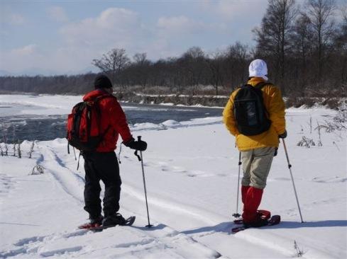 氷を集めて流れる札内川
