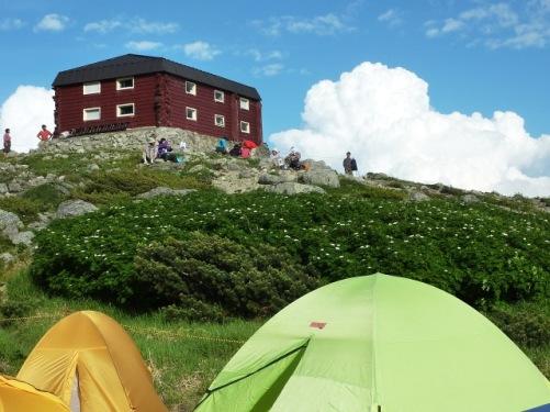 避難小屋と入道雲