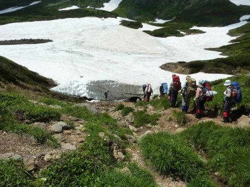 雪渓を越えるとテン場