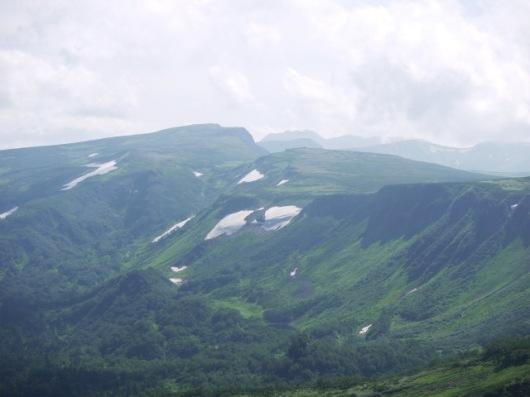 中央奥にトムラウシ山