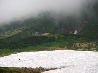 避難小屋に向かう雪渓