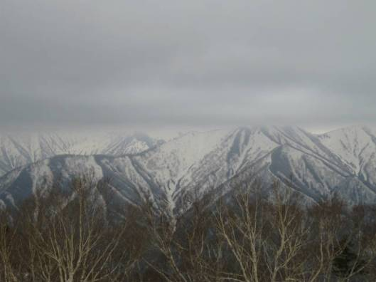 sIMG_3044目の前に迫る日高の山塊頂上が雲の中