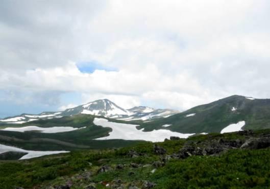 s2013-07-21 緑岳~白雲避難小屋 016緑岳山頂~左が後旭岳