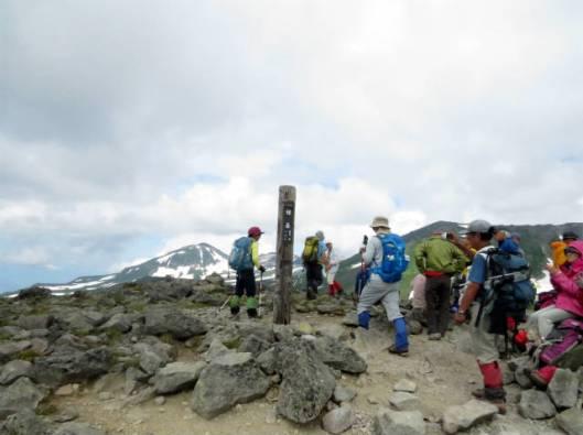s2013-07-21 緑岳~白雲避難小屋 017山頂のにぎわいと後旭岳